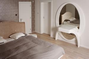 Arched dressing table with elliptical mirror, available in other colours